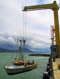 Photo boat hanging from Port crane